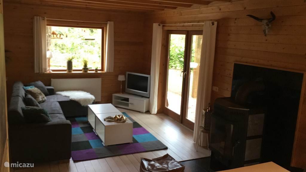 woonkamer met hout kachel