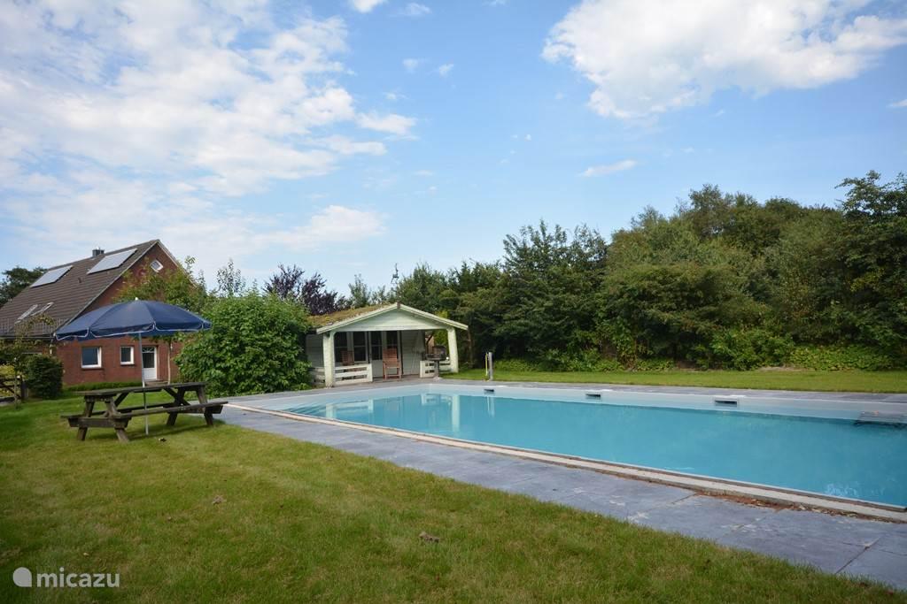 Eichenhof, deel van de tuin met zwembad 13x6 blokhut met veranda