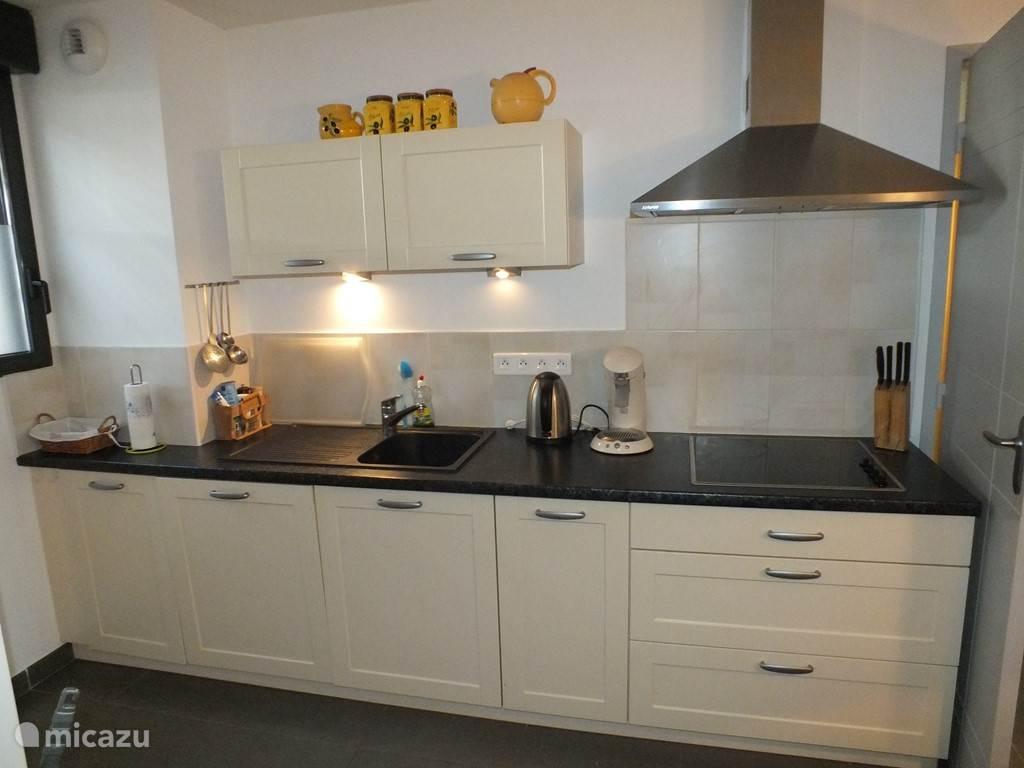open keuken met een koel/vrieskast, afwasmachine magnetron/oven