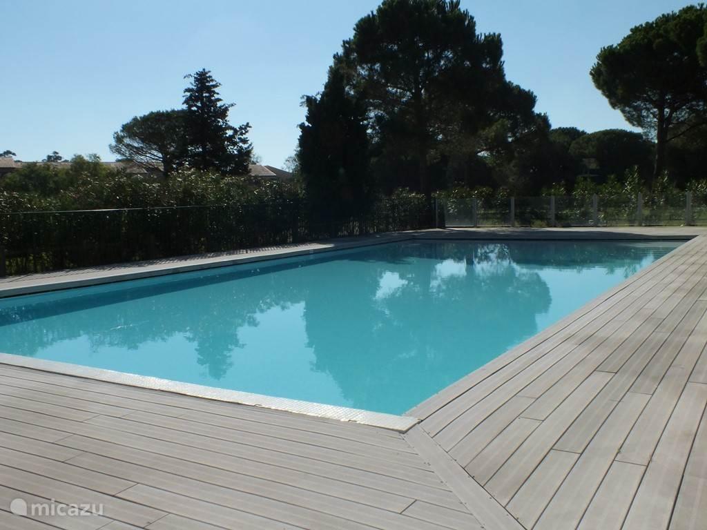 het zwembad bij het appartement alleen voor eigen bewoners open