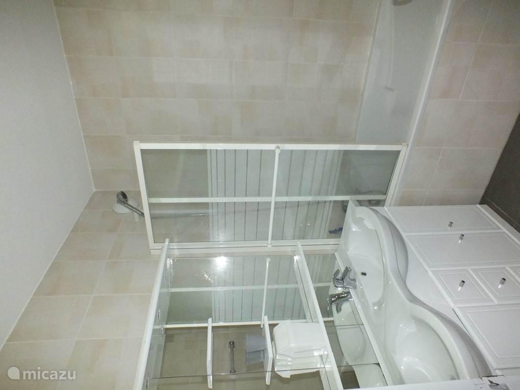badkamer met 2 wastafels en een ligbad/douche