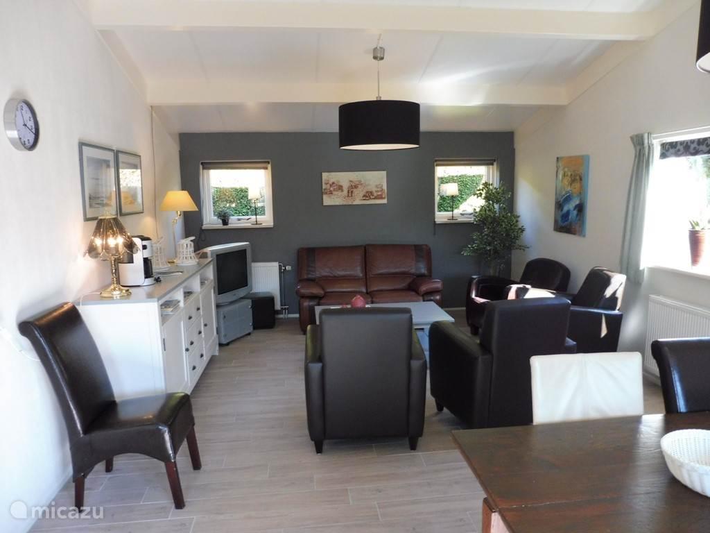 Ruime woonkamer met openslaande deuren naar het zonnige terras.