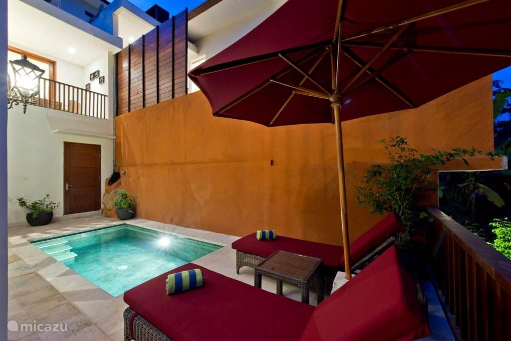 De kleinere INDAH villa met een dip pool..grenzend aan de rivier en jungle