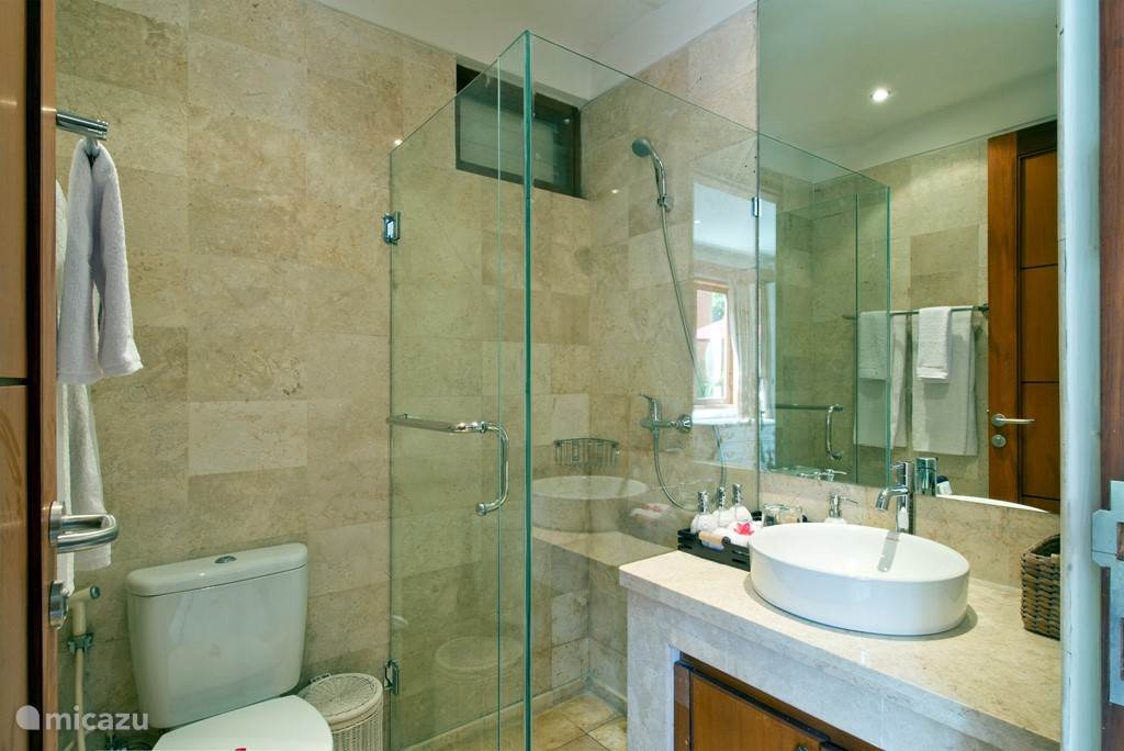 De badkamer met uiteraard warm en koud stromend water