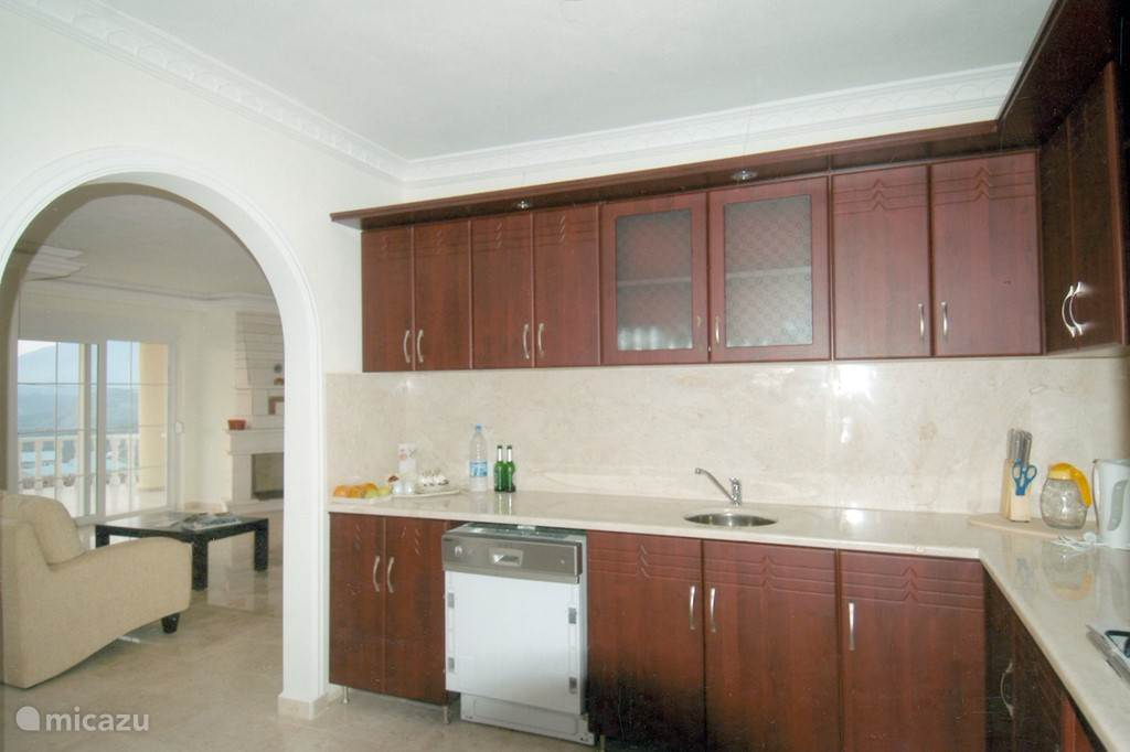 Keuken met aangrenzend de woonkamer