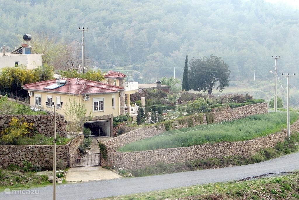 De villa met rondom veel ruimte om het zwembad