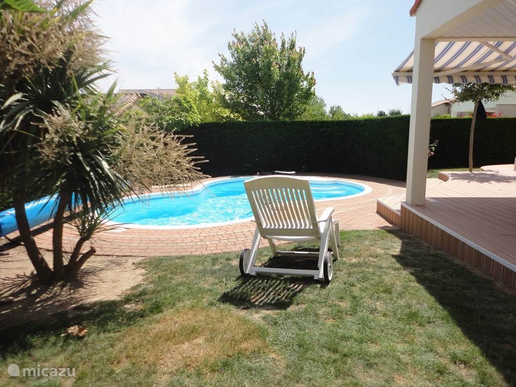 De terrasset heeft heerlijke ligstoelen waarop u ontspant bij het zwembad