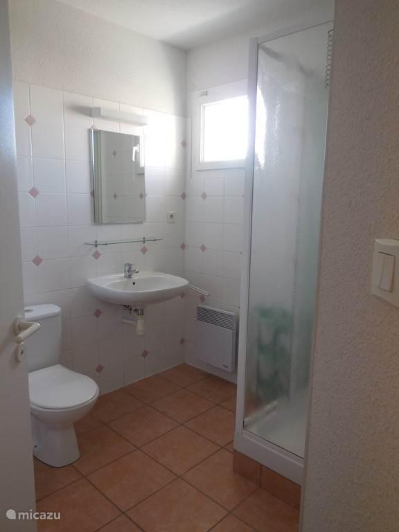 De villa heeft op iedere verdieping 1 badkamer. De badkamer beneden heeft een badkuip. Iedere badkamer heeft een eigen toilet en er is nog een aparte derde toilet op de begane grond.