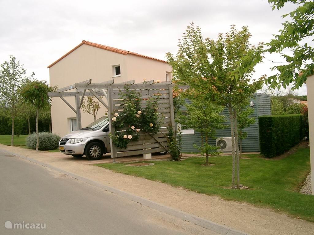 De villa ligt op steenworp afstand van de voorzieningen van het park waarop het huis is gelegen. De receptie, het restaurant (bekroond met een Bib Gourmand), de tennisbanen, een zwembad, een speeltuin etc.