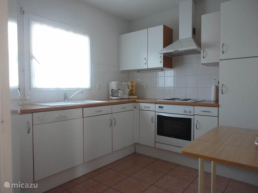 De keuken is van alle gemakken voorzien. Een heteluchtoven, magnetron, vaatwasser etc.