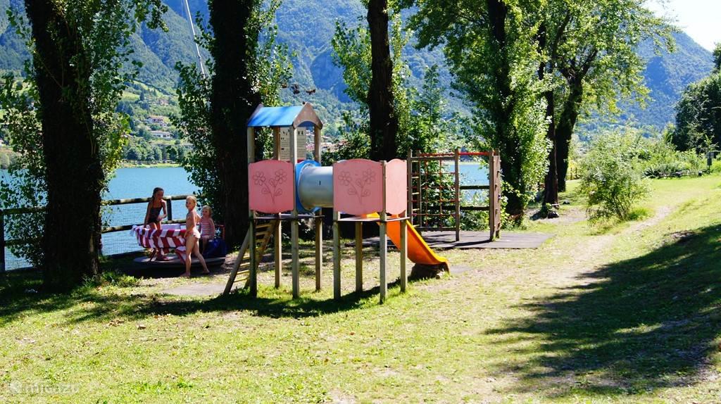 Speeltuintje aan het meer voor kinderen van 2 tot 8 jaar