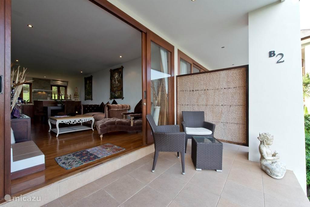 SAWAH B2 duplex villa entree begane grond met woonkamer en keuken