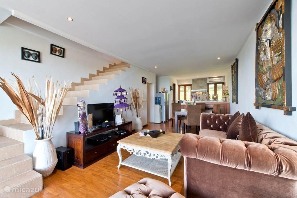 SAWAH B2 woonkamer met trap naar de slaapkamers en badkamer