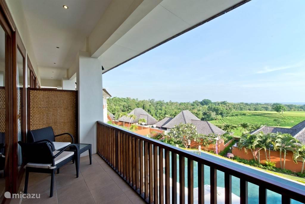 SAWAH B2 een balkon boven en een terras beneden met uitzicht op de rijstvelden en de indische oceaan.