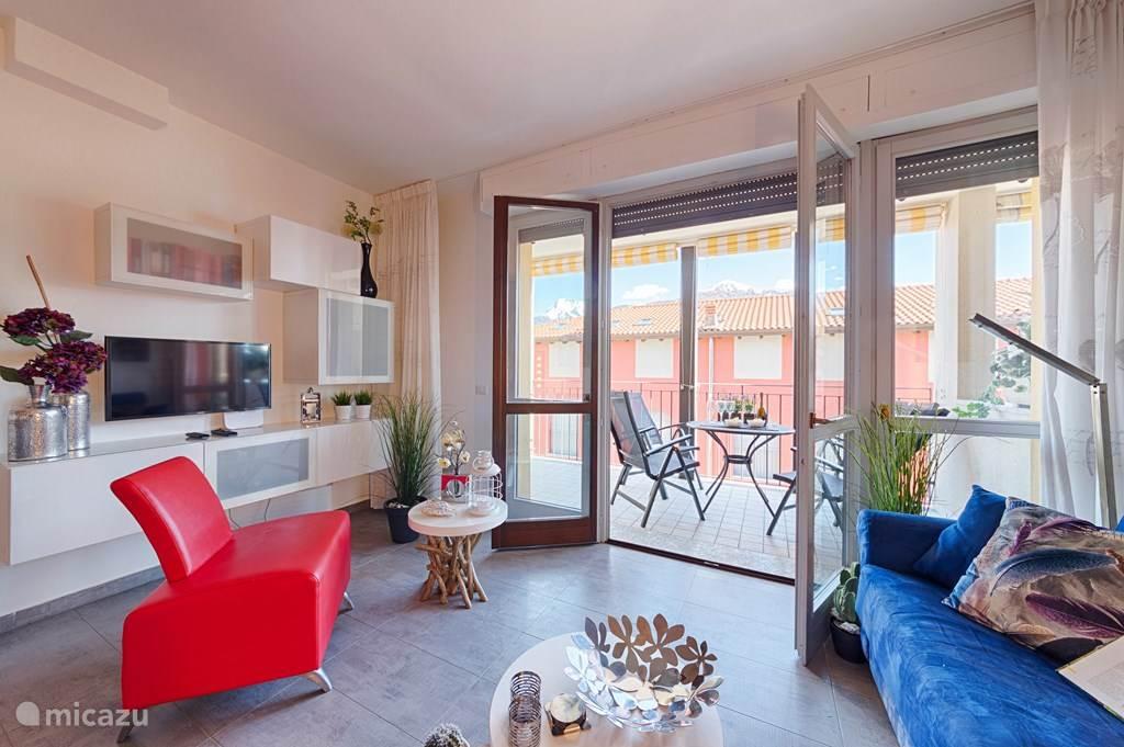 De moderne en luxueuze badkamer met aangrenzende overdekte balkon.