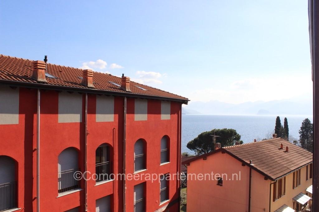Luxe 5-pers. appartement met twee slaapkamers en ruim overdekt balkon, pal aan het Comomeer, authentiek dorp, centrale ligging, 4km van Menaggio.