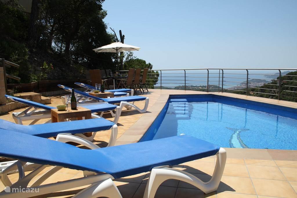 Heerlijk terras met zwembad en uitzicht op de zee