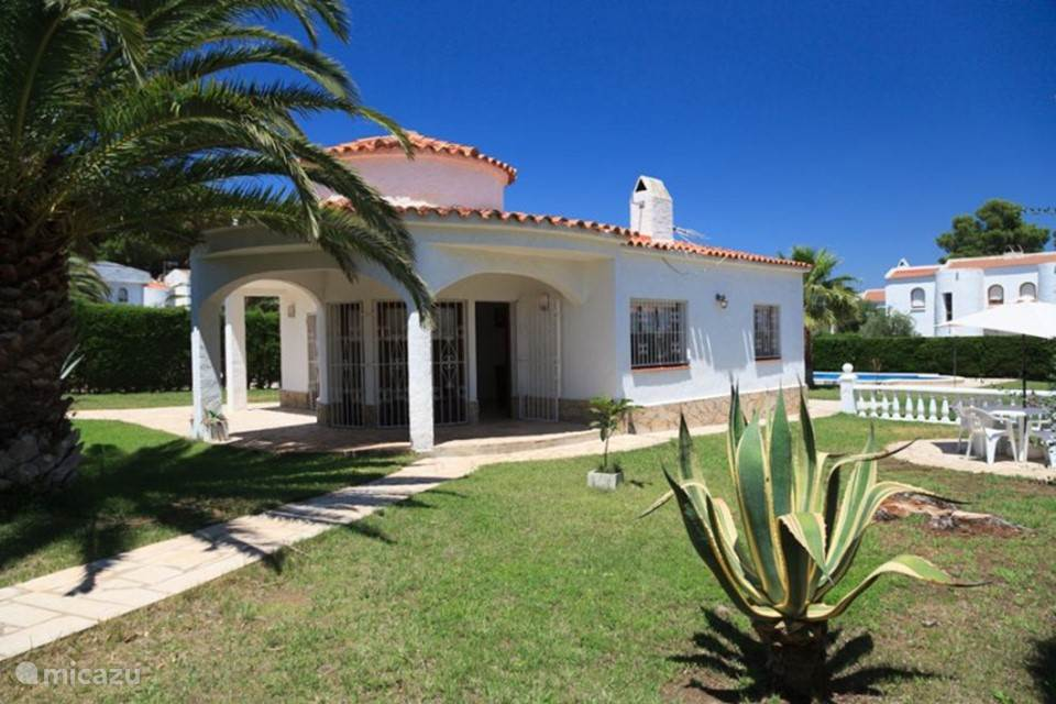 hier de entree van Villa Casalot met een doorkijk naar de tuin achter het huis