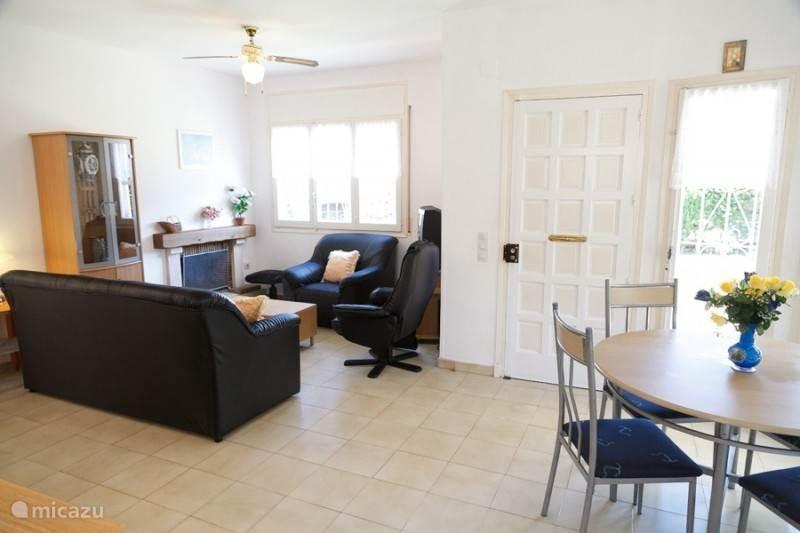 Een overzicht van van de woonkamer vanuit de keuken genomen