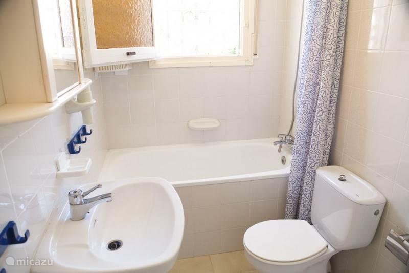 De badkamer met ligbad