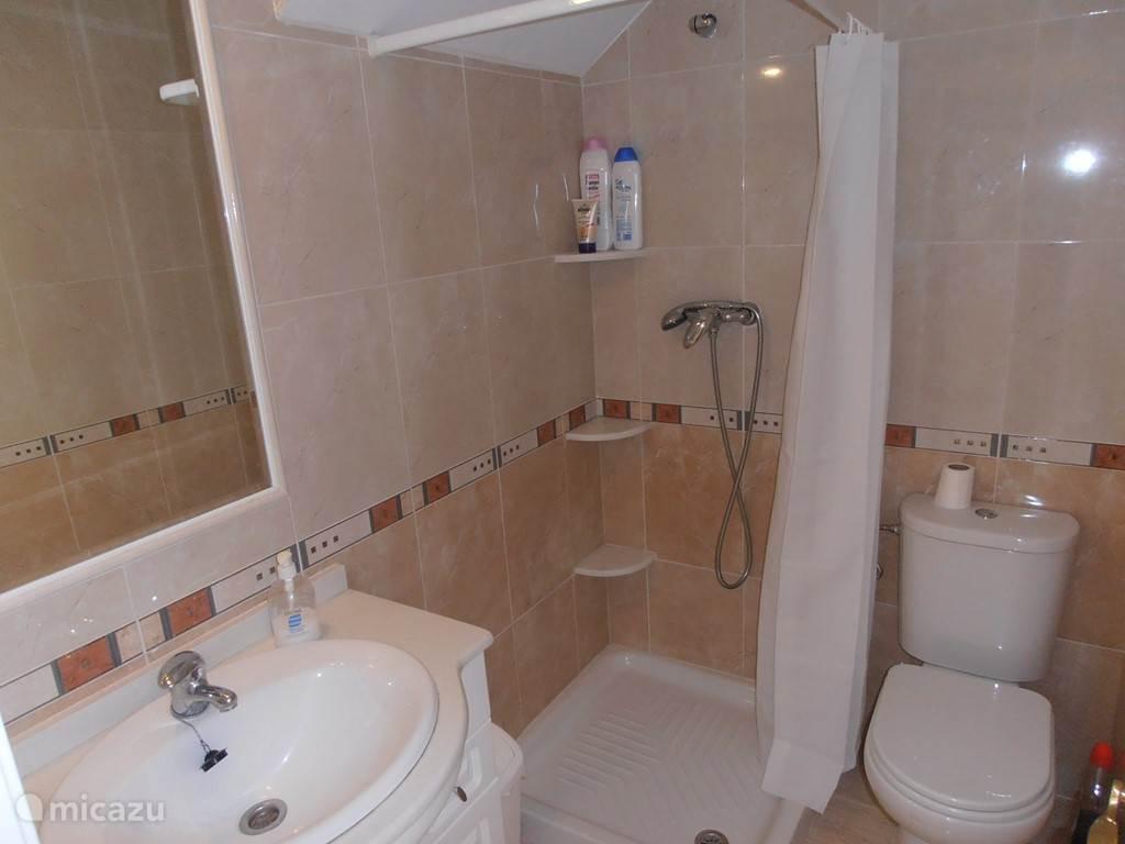 Badkamer met douche op het gelijkvloers