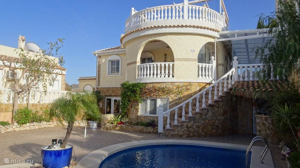 Villa met zwembad en mooie tuin