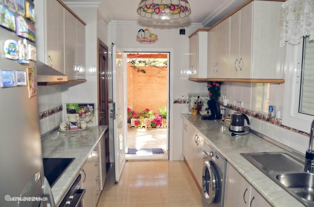 Keuken met de buitendeur naar de achterzijde