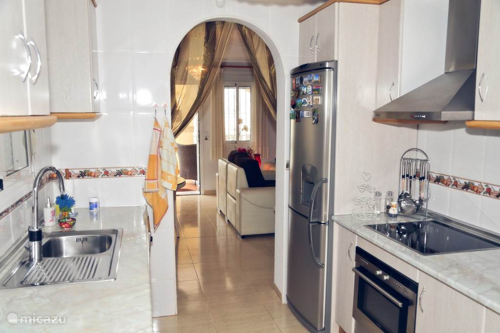 Keuken met de woonkamer
