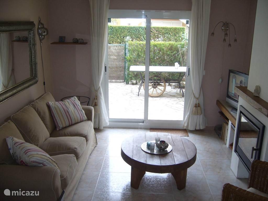 woonkamer met schuifdeuren naar de tuin