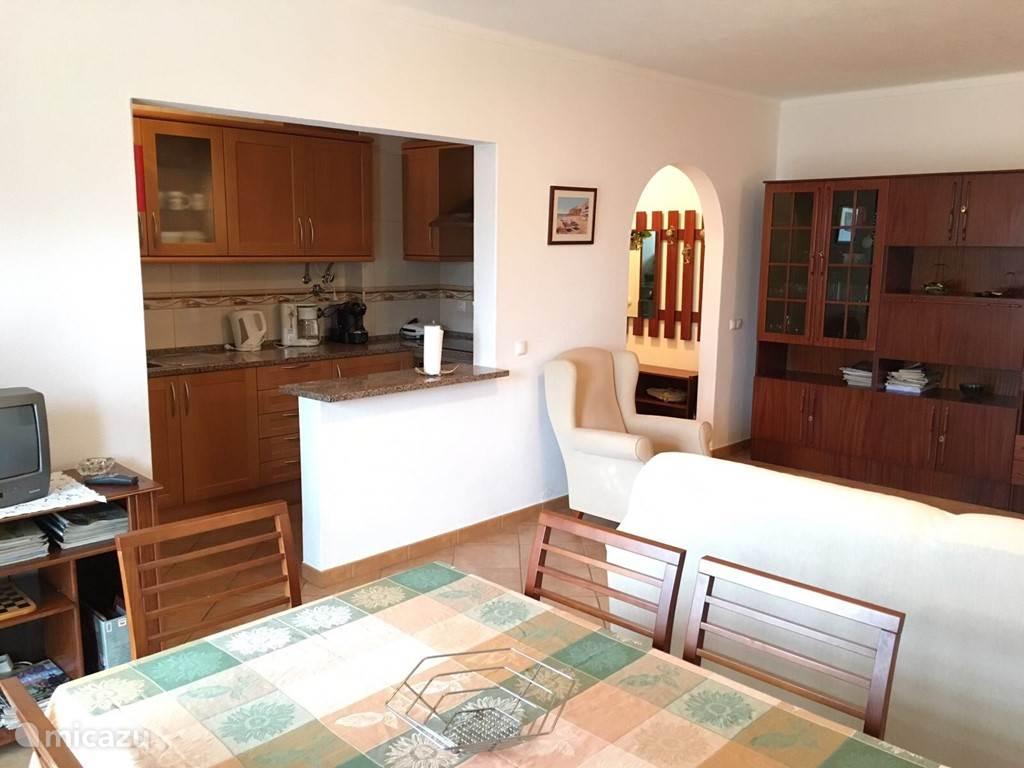 De gedeelde woonkamer en keuken.