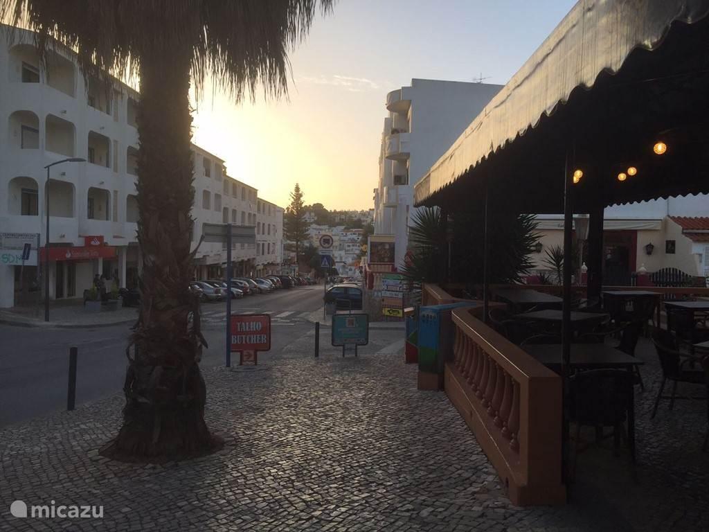 De straat naar het strand
