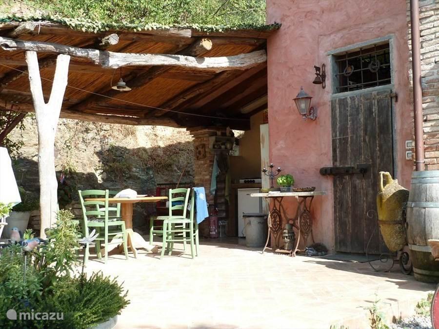 Het terras met buitenkeuken van Fornellino.