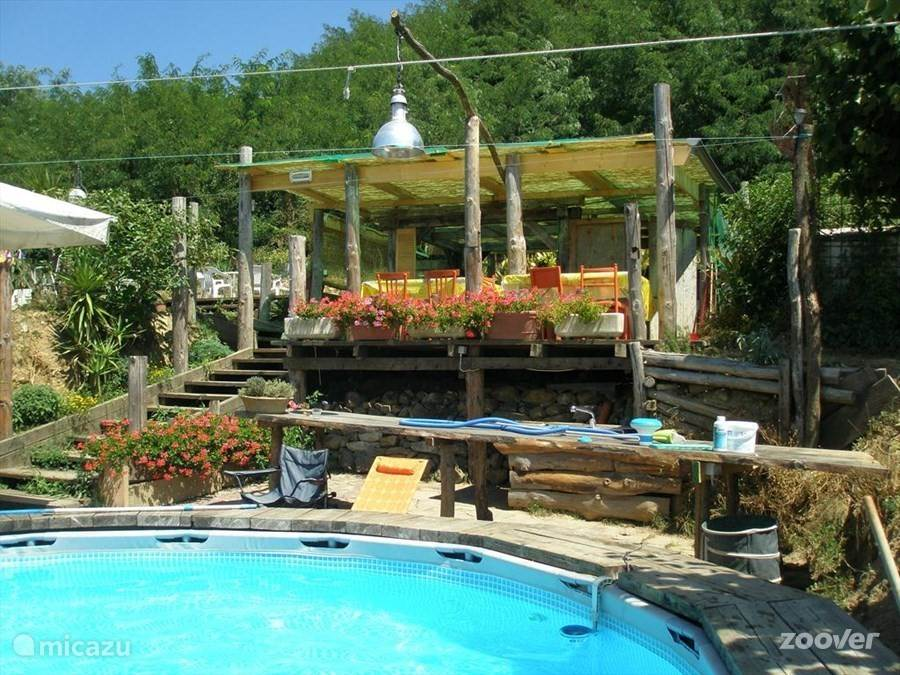 Het zwembad met recreatieruimte.