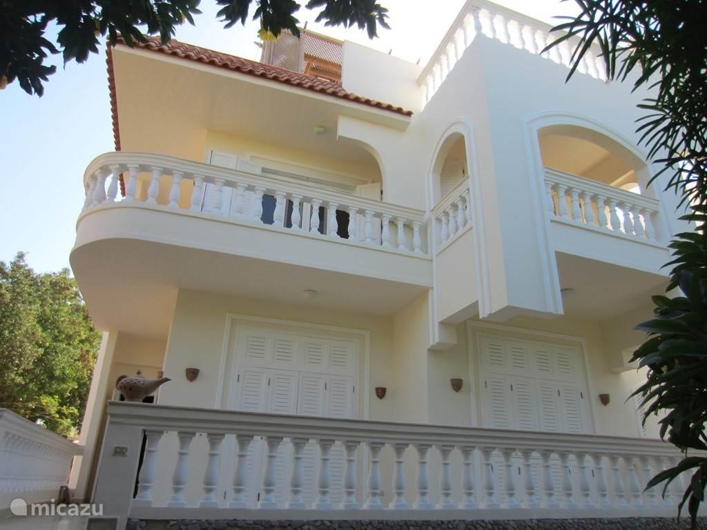 Dit is de andere kant van de villa met 3/4 slaapkamers, uitzicht op tuin en zee.Hier is het dakterras voorzien van een pergola douche en ligbad in de open lucht.