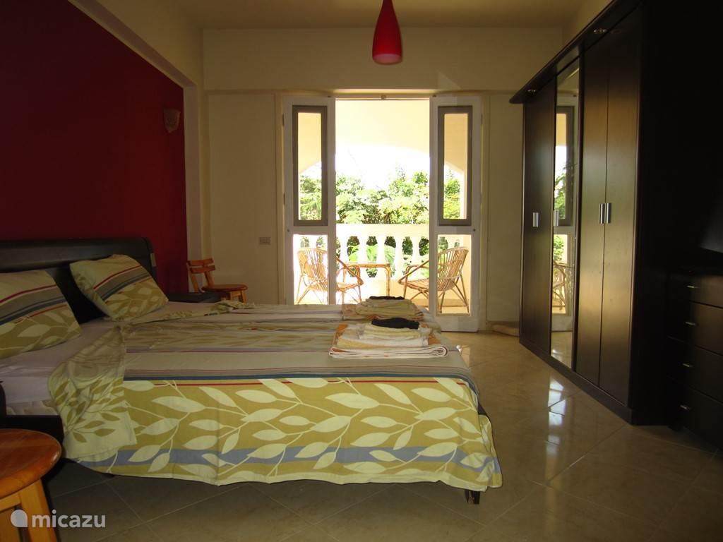 Master slaapkamer van het 3/4 slaapkamerappartement met privebalkon en badkamer.