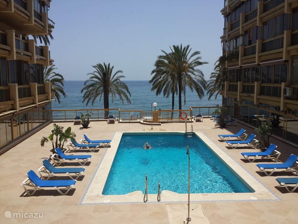 Zwembad met zeezicht en direct toegang tot de boulevard en het strand