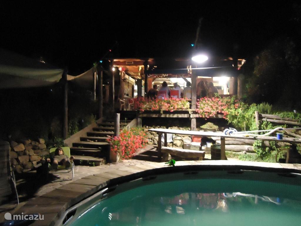 Het zwembad met de Kantine 's avonds..
