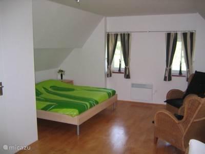 Slaapkamer boven met ledikantje
