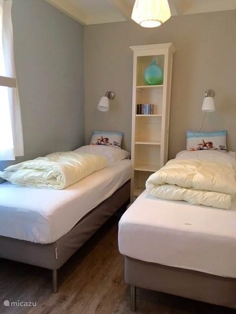 2de slaapkamer met 2 losse bedden