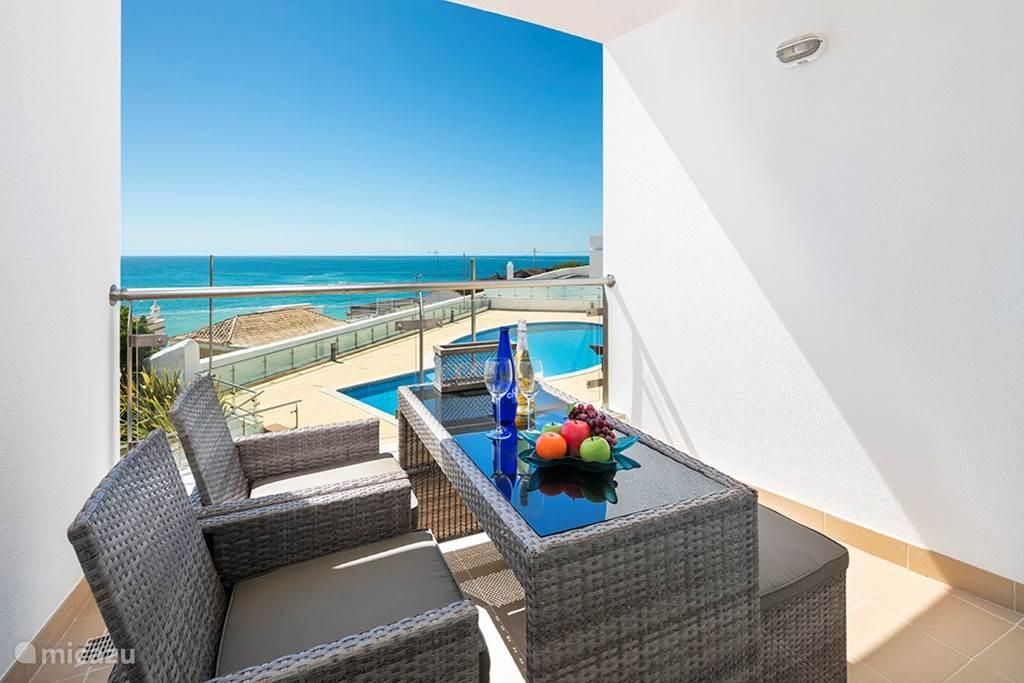 Het balkon met zeezicht