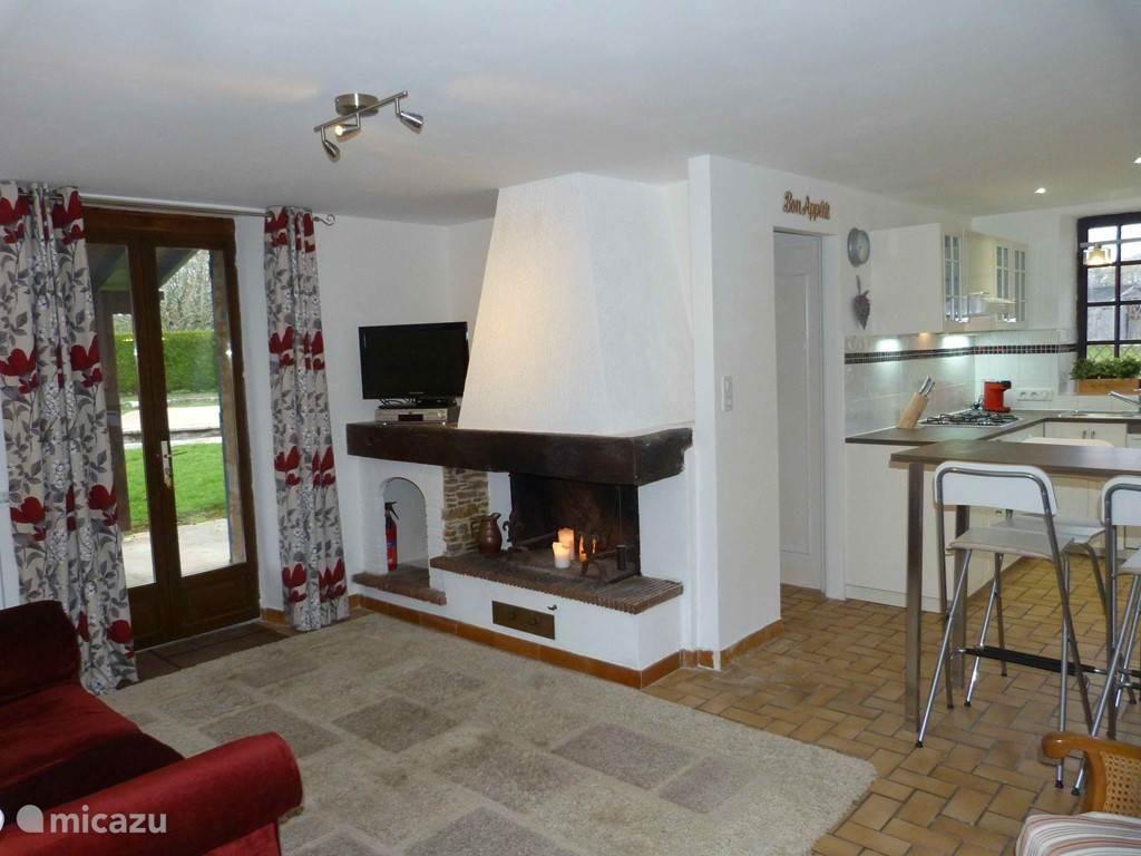 Offene Wohnzimmer, Esszimmer, Küche mit Zugang zum Badezimmer