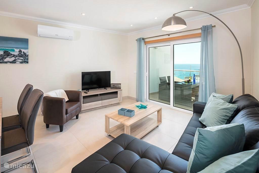 De woonkamer met zeezicht