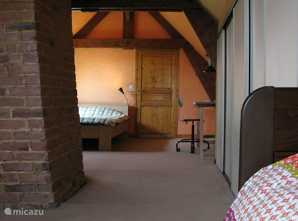 Grote, goed geïsoleerde zolder met 1 tweepersoons bed en 2 éénpersoons bedden