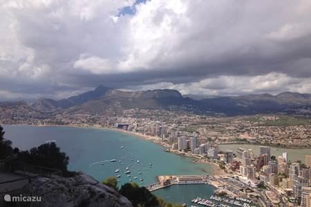 Uitzicht vanuit de rots op de haven van Calpe