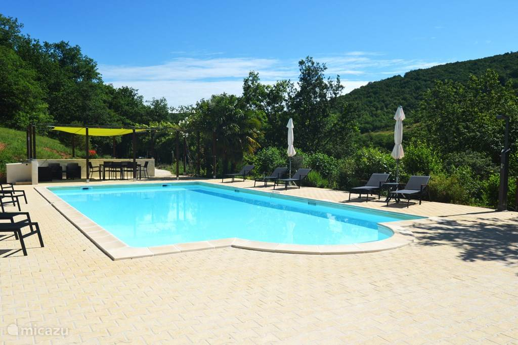 Het zwembad te midden van de groene vallei