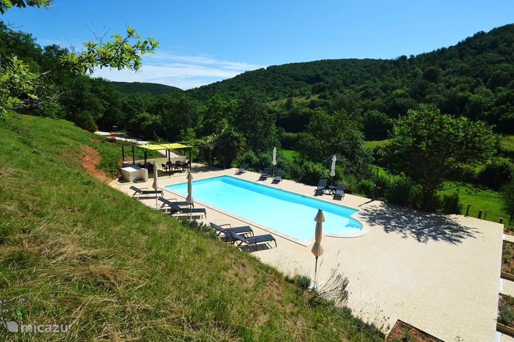 Zwembad met zicht op de groene heuvels