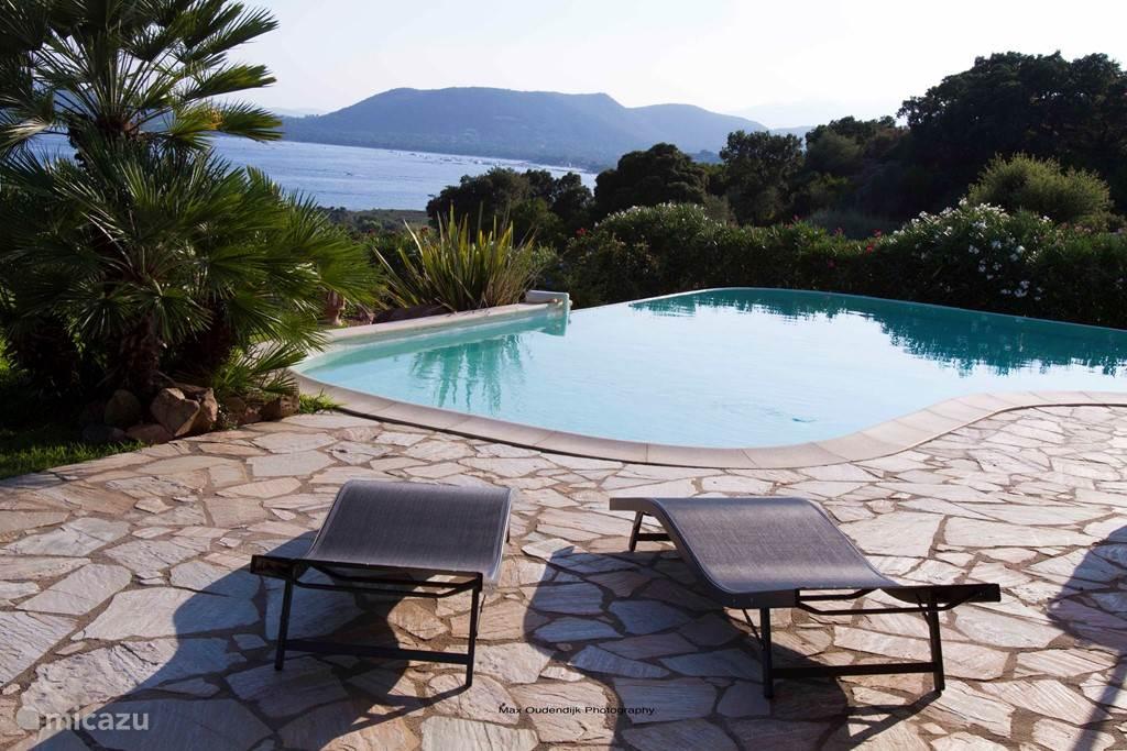 Prachtige tuin, zwembad, ligbedden en schitterend uitzicht
