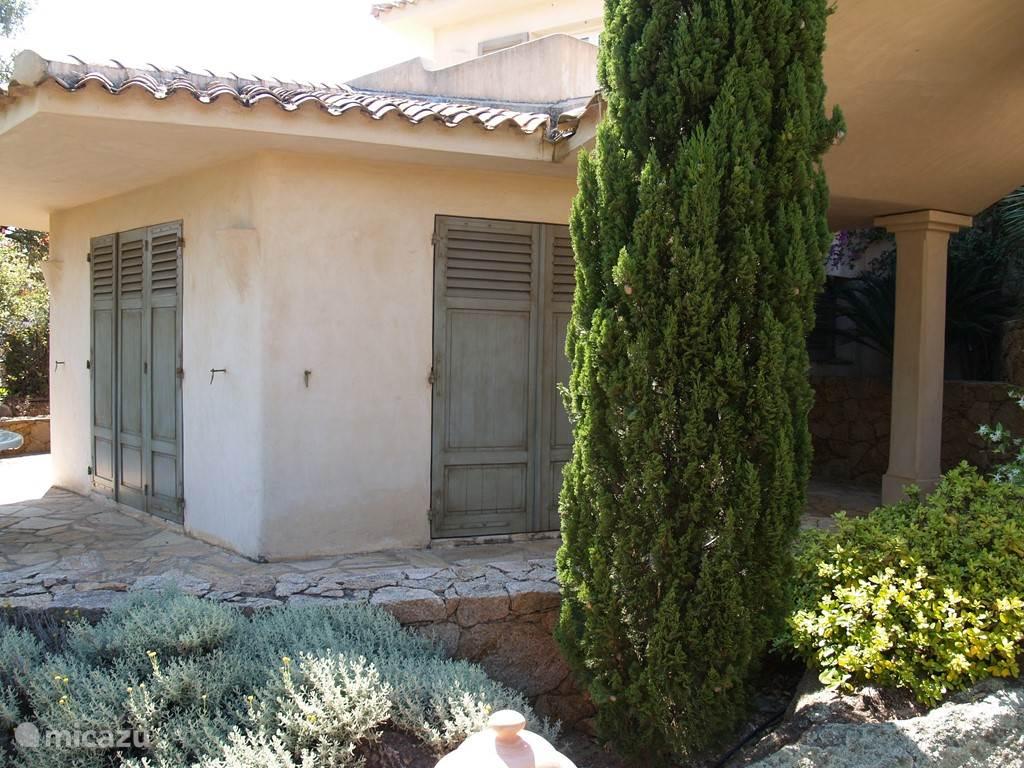 Appartement met slaapkamer, huiskamer, volledig ingerichte keuken, apart toillet, douche en terras
