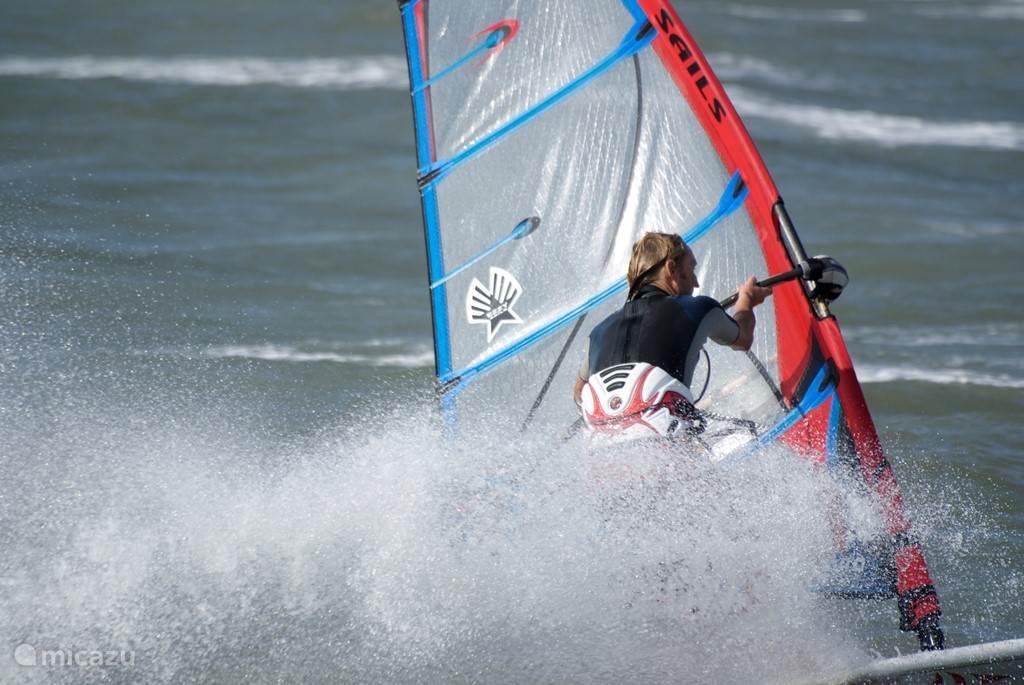 Windsurfen is mogelijk op het Grevelingenmeer en de Noordzee