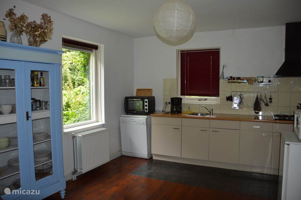 De keuken van de Boompjes voorzien van een vaatwasser, magnetron, koelkast met vriesvak en een oven